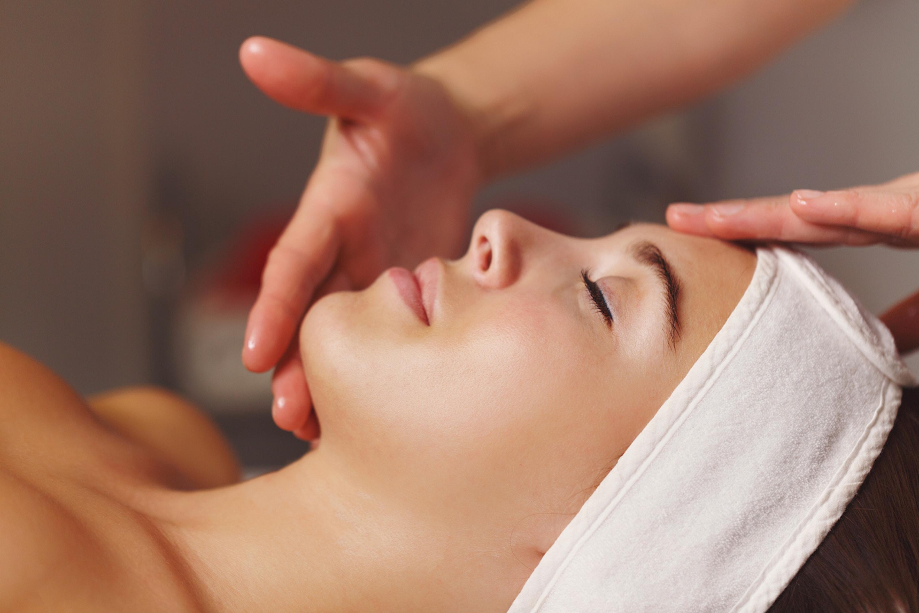 Ansiktsbehandling med ultraljud och mask