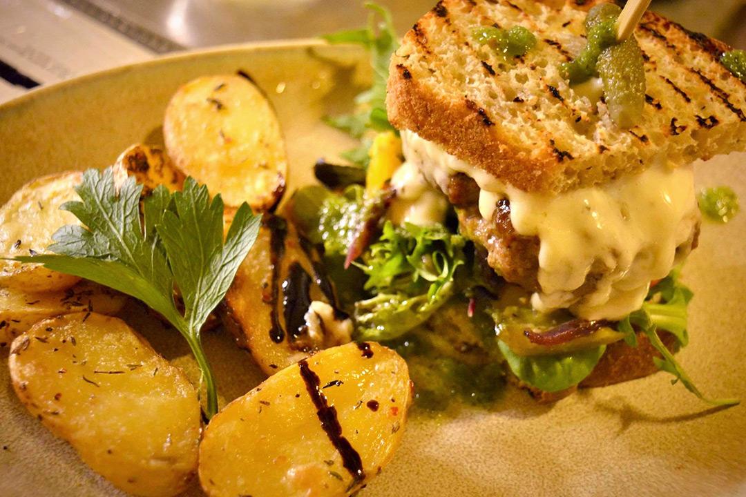 Valgfri 200g burger, tilbehør og pils/mineralvann hos Café Mistral på Majorstuen (1 av 9)