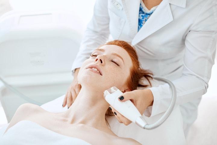 Ansiktsbehandling med radiofrekvens hos Reviva Med Spa Klinik vid Heden