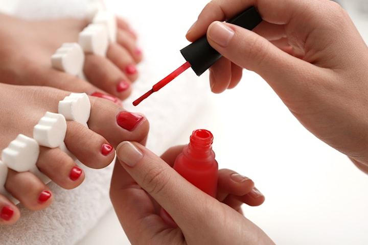 Klassisk pedikyr med eller utan nagellack eller gellack