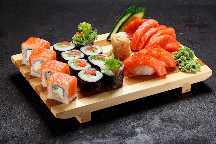 16-80 biter sushi fra Deilig Thai & Sushi i Storgata i Oslo