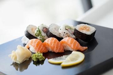 Sushi 12-bitar inklusive soppa och dryck hos Sushi of Sweden