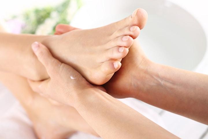Fotbehandling med rengöring, peeling och fotmassage