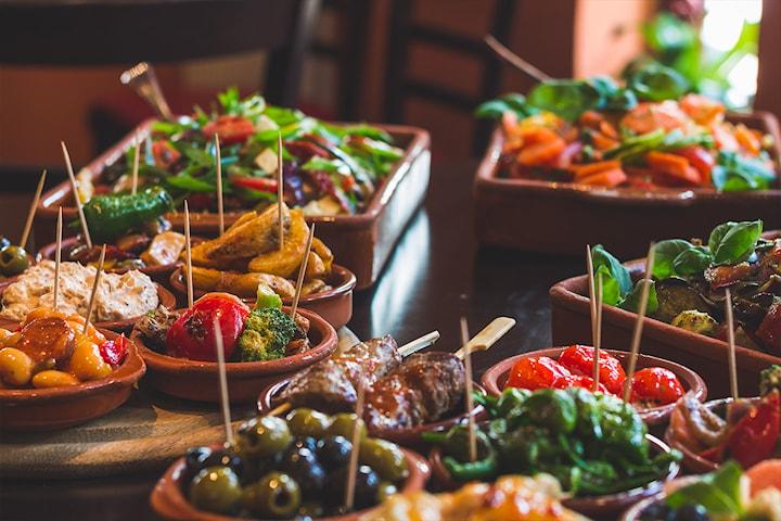 Kjøkkenets utvalgte 10-retters tapasmeny hos Escalón Veiten! Kun 299,- per person