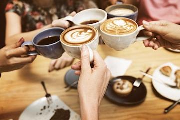 Chokladboll och kaffe på Café Avenyn på Kungsgatan