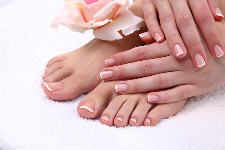 Få vakre negler hos Luxurious Beauty by Karoline, velg mellom manikyr eller pedikyr