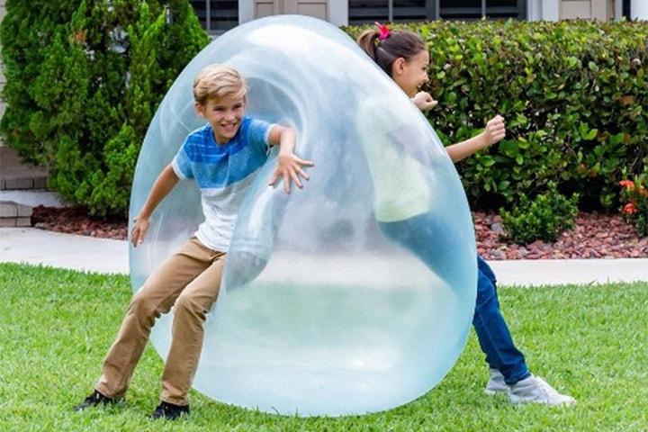 Oppblåsbar ball for utendørs lek