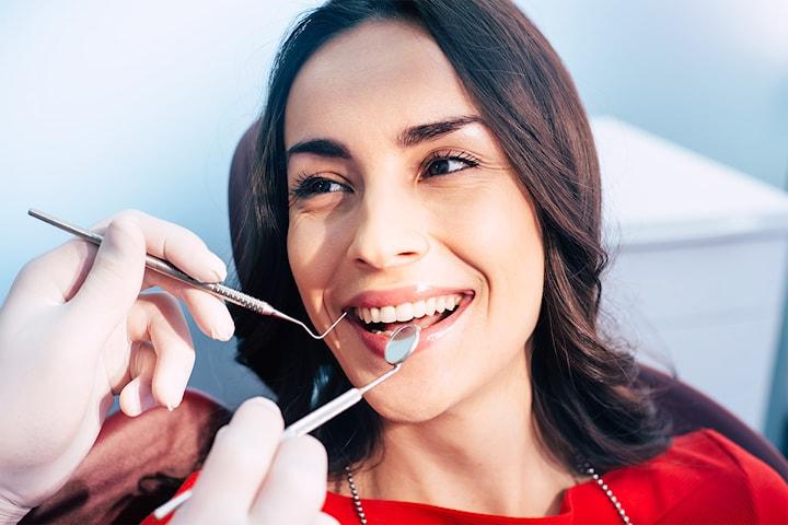 Tannlegeundersøkelse med rens og to røntgenbilder