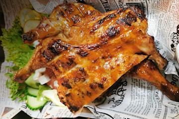 Roasted chicken med salat, med ris eller fries og valgfri saus hos Flavor