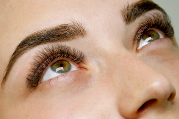 Vippeløft, vippe-extensions inkl påfyll og Brow Lamination hos Pari's Beauty Salong