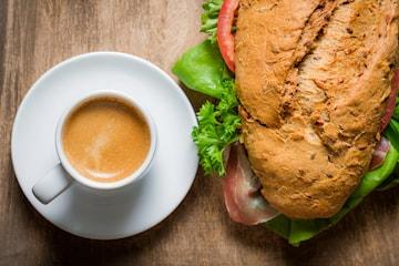 Frukostfralla med te, kaffe eller smoothie