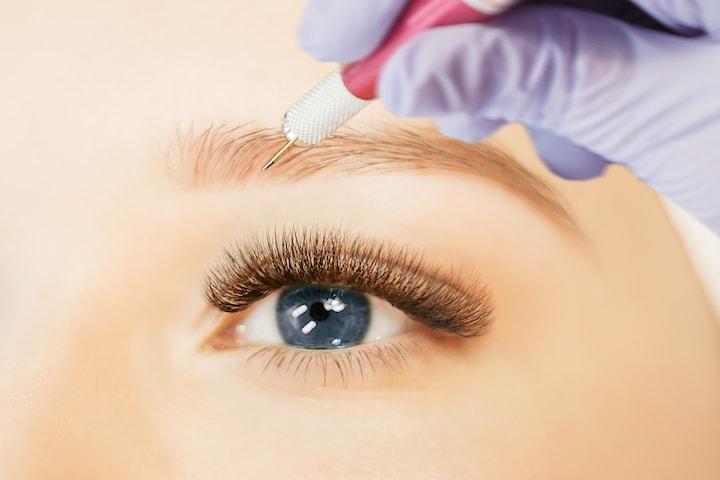 Kosmetisk ögonbrynstatuering med 3D-metod