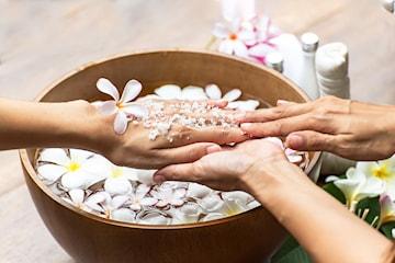 45 minutter spa-manikyr med neglelakk hos Skin & Beauty