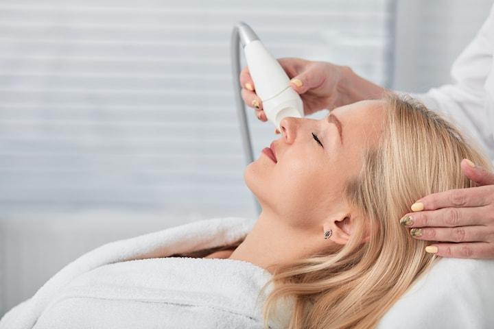 Ansiktsbehandling med radiofrekvens och kemisk peeling