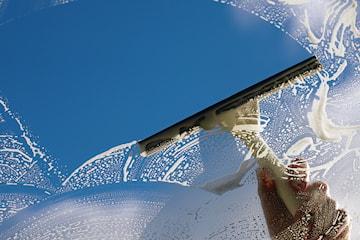 In- och utvändig fönsterputs med miljömärkta produkter