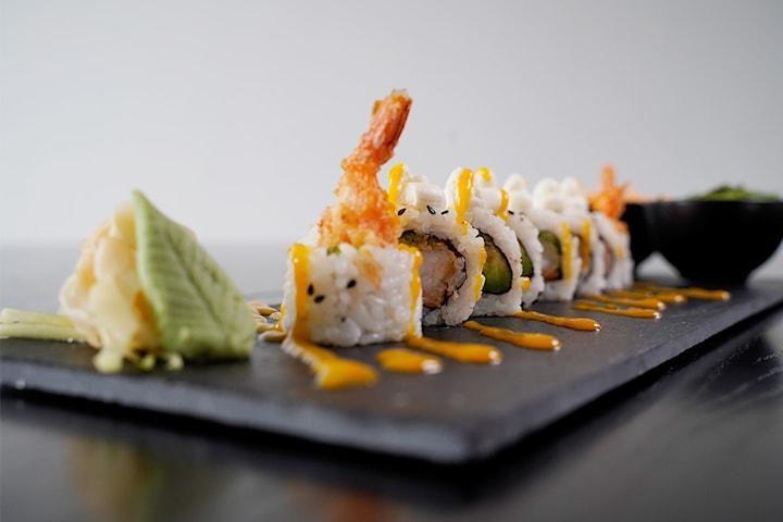 Takeaway: valgfri sushi fra byens nykommer (16-40 biter)