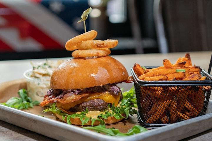 Få valgfri burger 150g hos Ralph's Barbecue