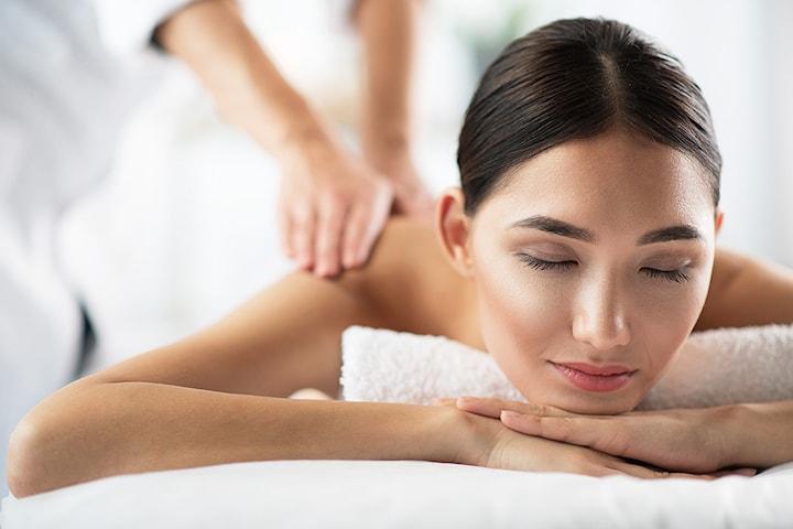 Få 30 eller 45 minutter terapeutisk rygg og nakkemassasje hos Klinikk Vital