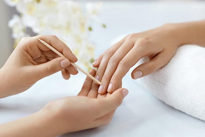Unn deg en mini eller spa manikyr hos Beauty Therapy sentralt på Bislett