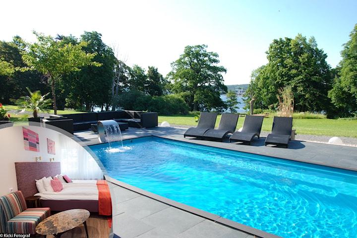 En natt för 2 med tillgång till pool, relax och roliga aktiviteter