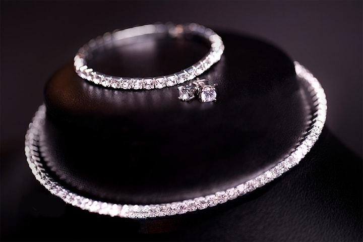 Halsband, armband och örhängen med Swarovski-kristaller