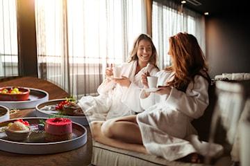 Få en natts overnatting inkludert frokost og 6-retters asiatisk middag for to personer hos Hotel Verdandi