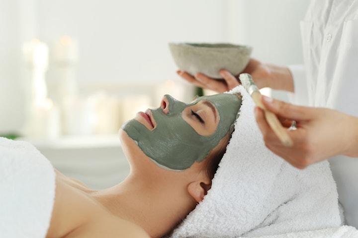 Lyxig ekologisk ansiktsbehandling med grön lermask