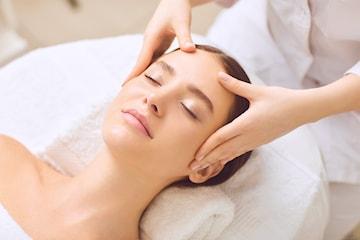 90 min lyxig ansiktsbehandling hos Omroj Klinik