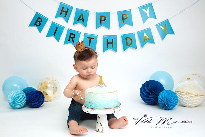 Fotografi av første eller andre fødselsdag til babyen din - Cake Smash