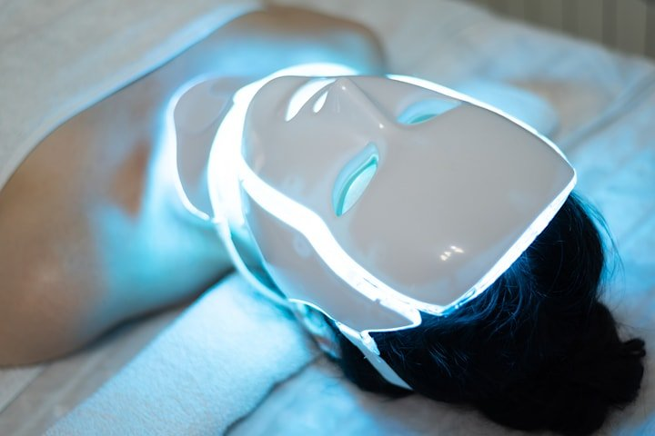 Ansiktsbehandling med LED-mask