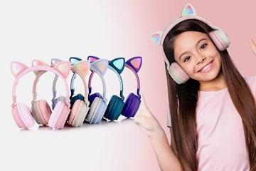 On ear-hörlurar med kattöron som lyser