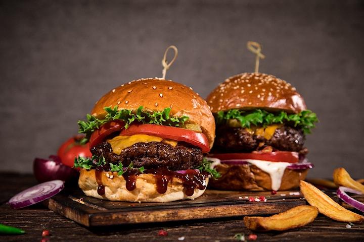Café Europas signaturrett - Cajun Burger med fries og dessert