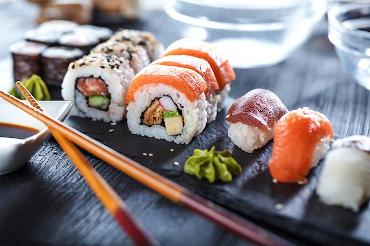 10 bitar sushi hos Hälsobaren Sushi