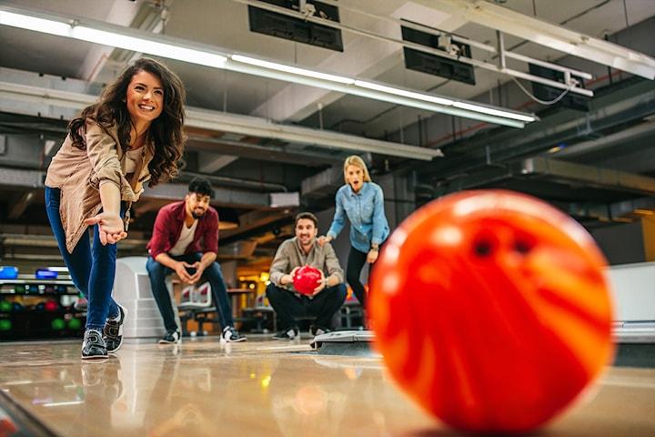 To runder bowling og pizza for opp til ti personer hos Bowling 1 Sportsbar & Grill