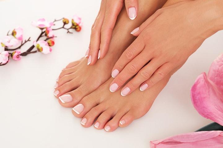 Nytt set naglar, lyxig pedikyr eller kombo