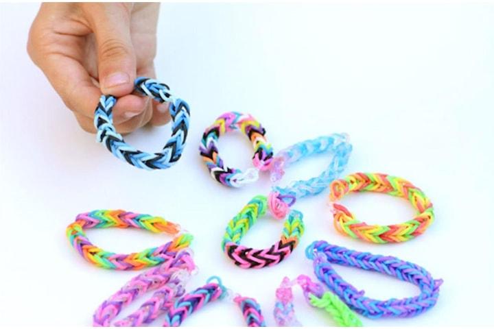 Pyssellåda med 500 gummiband, blandade färger