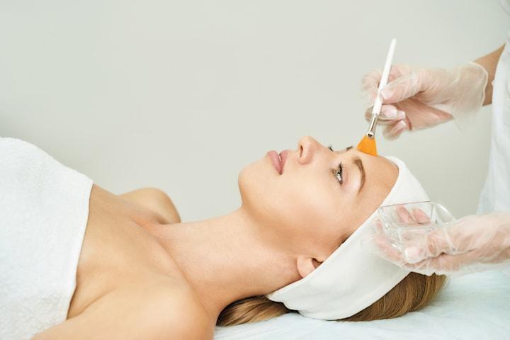 Ansiktsbehandling med peeling med eller utan syra
