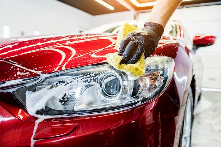 Få skinnende ren bil med bilvask hos Lørenskog Bilvask og Bilpleie. Dealen inkluderer avfetting, felgrens, lakkforsegling, gummifornyer m.m.