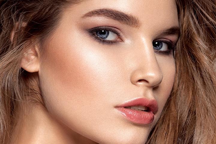 Flotte og velstelte bryn av Makeup by Uzma