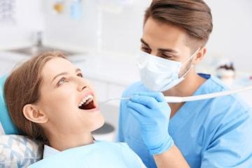 Full undersøkelse med grundig rens og AirFlow hos Optimal Dental
