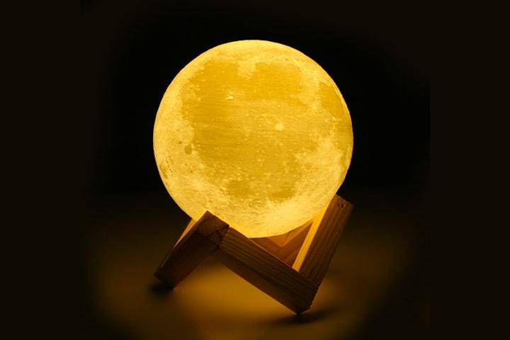 3D-printad månlampa med LED-ljus