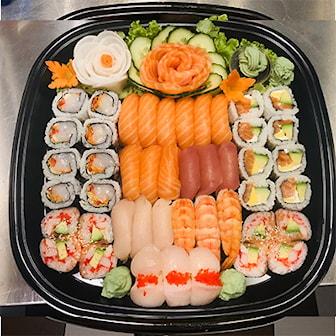 Meny 2, Meny 2, 24 maki, 8 laks maki, 8 kokt scampi og 8 fritert kylling), 12 nigri (3 kamskjell, 3 tuna, 3 scampi, 3 hamachi fisk), 9 biter nigri laks, ink ekstra tilbehør: ingefær og kimchi salat