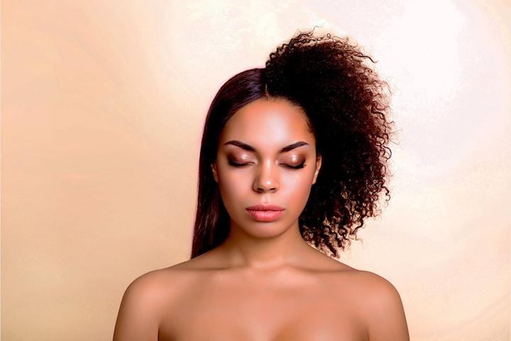 Få glansfullt hår med Brazilian keratinbehandling eller prøv teknikken Rebonding (Permanent retting) hos Fannie frisør