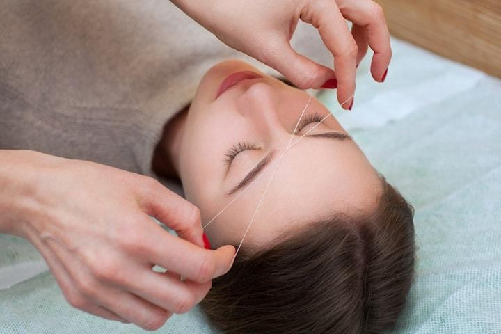 Trådning av hela ansiktet inkl. ögonbrynsplockning