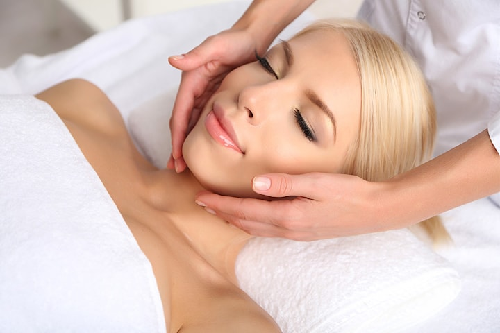 Ansiktsbehandling med massasje
