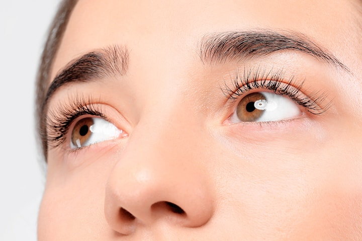 Form og farger av vipper og øyenbryn