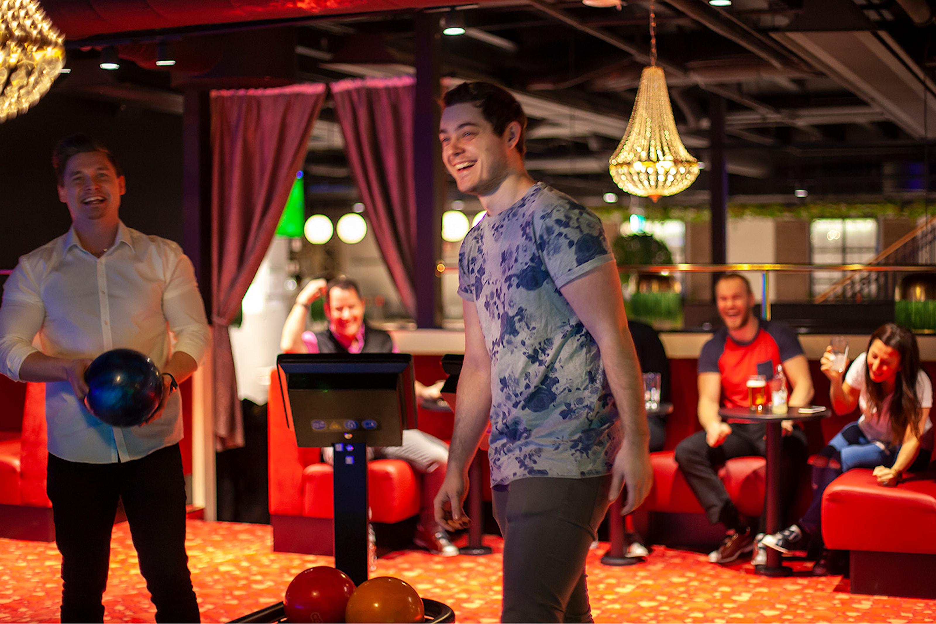 För 2: Bowling eller shuffleboard samt valfri hamburgare