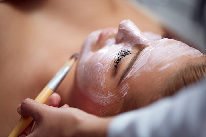 Få 1 eller 2 ansiktsbehandlinger med kjente Marina Miracle Products hos AM Esthetic Clinic