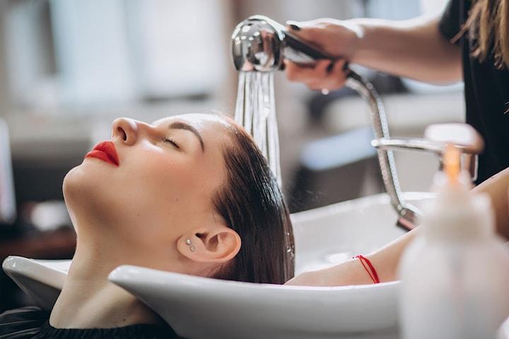 Bli sommarfin i håret med klippning, tvätt och styling