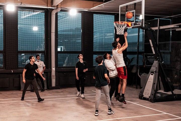 Ta med vennene dine og spill basketball hos Off-Pitch